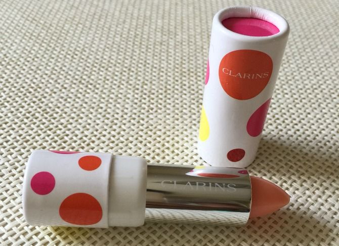 CON DOS TACONES: BEAUTY NEWS mi nuevo descubrimiento, el Joli Baume Eclat do Jour de Clarins, un lápiz de labios que sabe y huele a melocotón, que cuida y repara los labios y que, además, le da un ligero tono rosado (como de labio mordido). Es una maravilla.