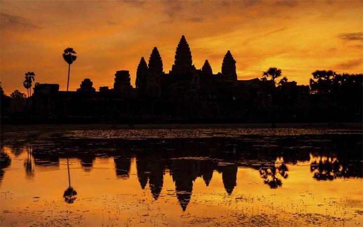 Zonsondergang bij het indrukwekkende Angkor complex. Een plaatje om nooit meer te vergeten! Bezoek Angkor nu met Original Asia! Rondreis - Vakantie - Cambodja - Angkor Wat tempelcomplex - Cultuur