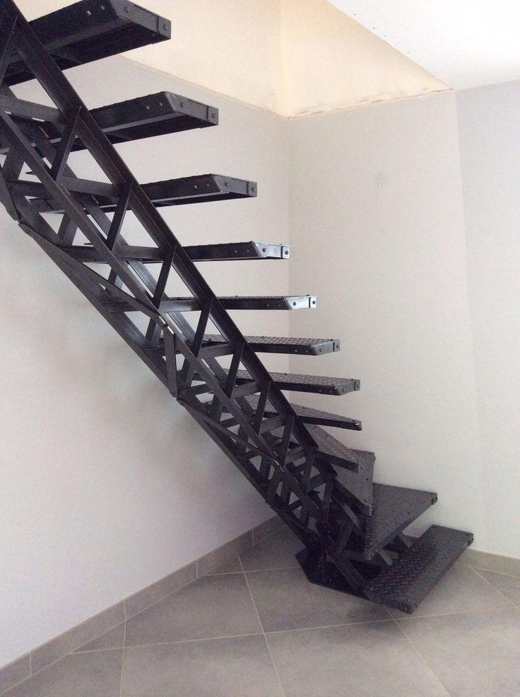 Escalier type Eiffel en acier avec limon central débillardé 1/4 tournant - Créamétal