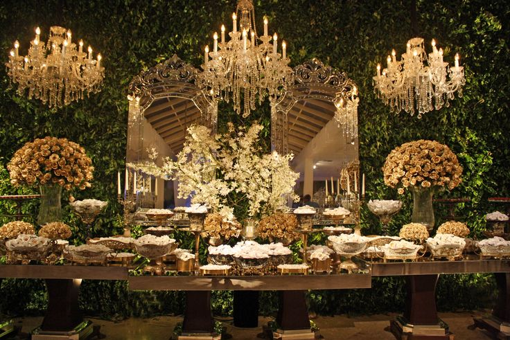 parede verde maravilhosa lustres mesa casamento