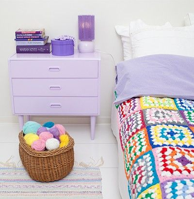 Today's Crochet-in-the-Home pic features a lovely crocheted throw found via Mimmi Staaf