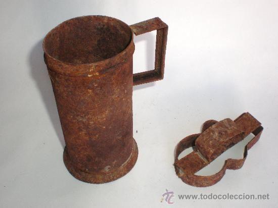 ANTIGUA JARRA MEDIDORA DE HOJALATA Y MOLDE PARA PASTAS (Antigüedades - Técnicas - Rústicas - Utensilios del Hogar)