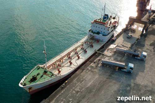Fotografia aerea de un buque cisterna para transporte de vino, en Valencia.