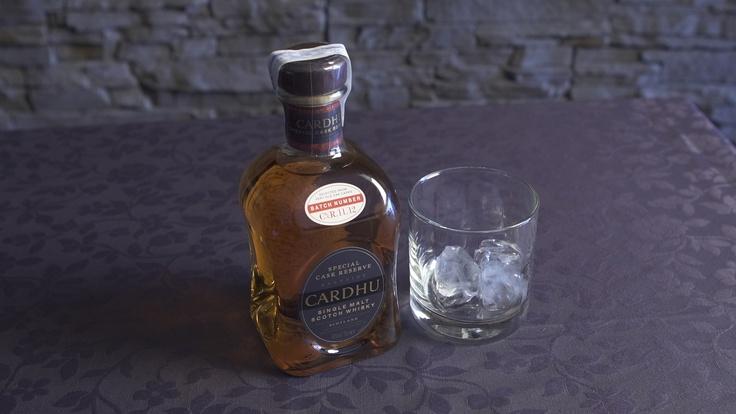 Este Whisky proviene de la región escocesa de Speyside, un región que se ha ganado un enorme prestigio entre los aficionados al whisky por su climatología, su  cebada y por las frías aguas del río Spey que se utilizan para la germinación de la cebada que luego es secada por la turba de Moorland que le da un aroma ahumado inconfundible. El proceso finaliza con la lenta destilación en alambiques de cuello de cisne que, junto con la sabiduría del maestro destilador, le imprimen un carácter…