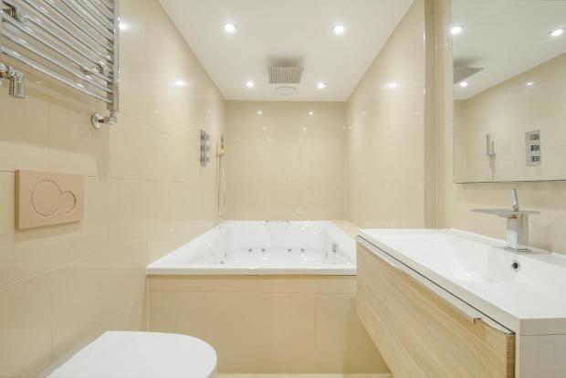 Jacuzzi bath whole room 5 bedroom terraced house for for Bathroom ideas rightmove