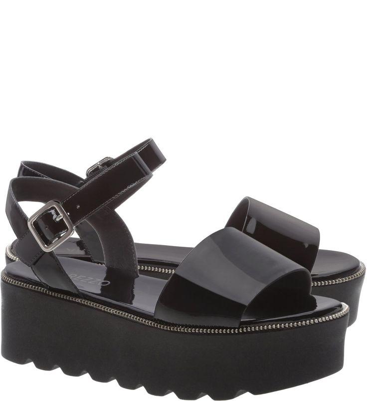 Sandálias flatform continuam com tudo nesta temporada. Em verniz preto, com sola tratorada, é uma opção para acompanhar vestidos curtos, pantacourts ou mesmo calças em modelagens um pouco mais amplas