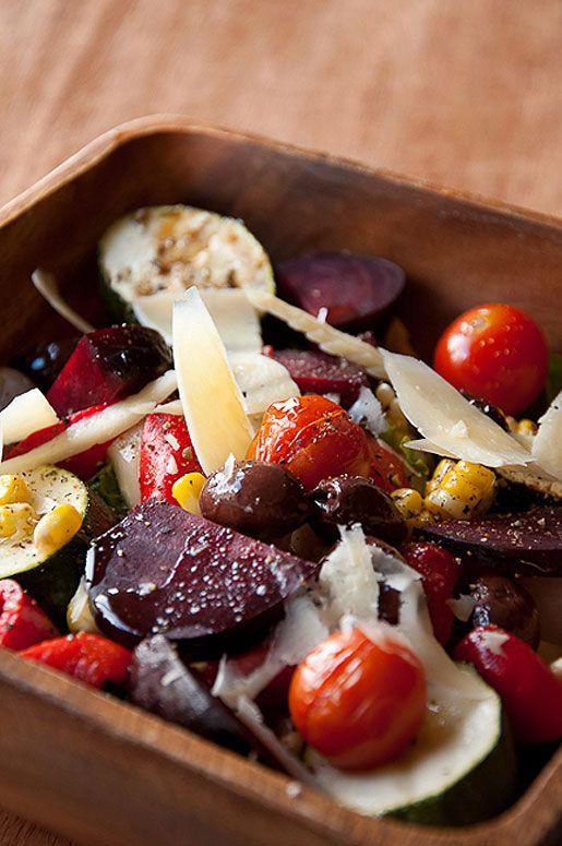 Фото рецепт овощного ассорти: теплый овощной салат, оливки в масле, кукуруза с сыром, фасоль с шалотом и свекла с сыром блю