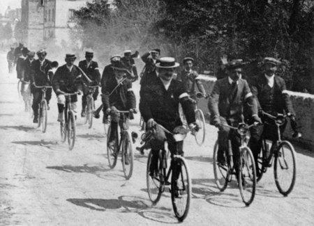 Gente in bicicletta, Salento, Puglia - anni 50 circa
