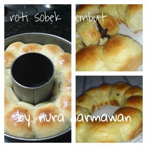 """Roti sobek  By. Nura darmawan    .250 tepung terigu cakra .2 kuning telur .1 sdt fermipan di dg 3 sendok mkn air hangat (suam"""" kuku y bund biar raginya gk mati)+1sdt gula. Biarkan sampai berbuih .2sdm gula halus .3sdm margarin di cairkan .sejumput garam .3 sdm susu kental manis di larutkan dg 75ml air . pasta pandan secukupnya aku ga pakai .vanili bubuk .coklat dcc untuk isian atau meises(sesuai selera)  Cara buat: .masukkan tepung kdalam wadah .masukkan telur aduk sampai berbulir halus…"""