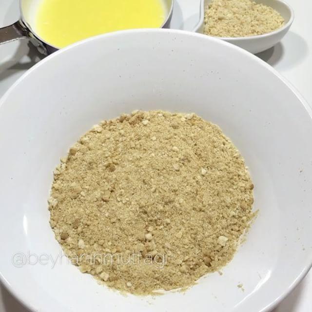 Hayırlı akşamlar 😍 Pratik ama çok etkili bir tarifim var 👍🏻 Çok az malzeme ile, ani misafir baskını için kolaylıkla hazırlayabilirsiniz ✌🏻İç malzemesinde değişiklik yapıp kendi damak zevkinize göre ayarlayabilirsiniz hatta 😉 Tarifi yapması yazmasından daha kolay 😄 📌Çikolatalı Muzlu Toplar İçin Malzemeler 2 paket sade bisküvi 1-2 tane muz 1 yemek kaşığı dolusu tereyağı (erimiş) Fındık kırığı 📌Üzeri İçin Eritilmiş çikolata Pasta süsleri 📌Yapılışı Bisküviyi rondodan güzelce geçirip…