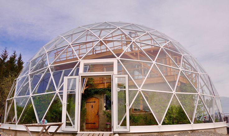 北極圏内に位置する島で、温室のようなサステイナブル住宅に暮らす家族を紹介します。日光のあたたかさを最大限にキープする、ガラスとアルミニウムでできたドームは、冬の厳しい風や雪から家を守ります。