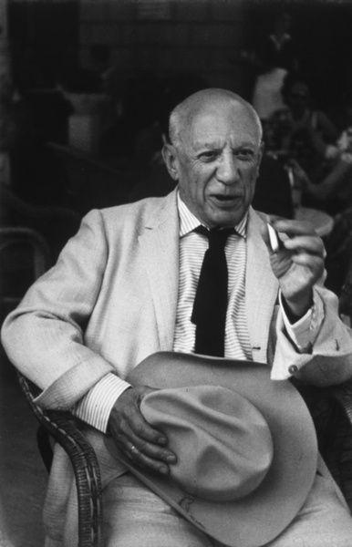 Pablo Picasso et le Stetson offert par Gary Cooper, Arles, 1960