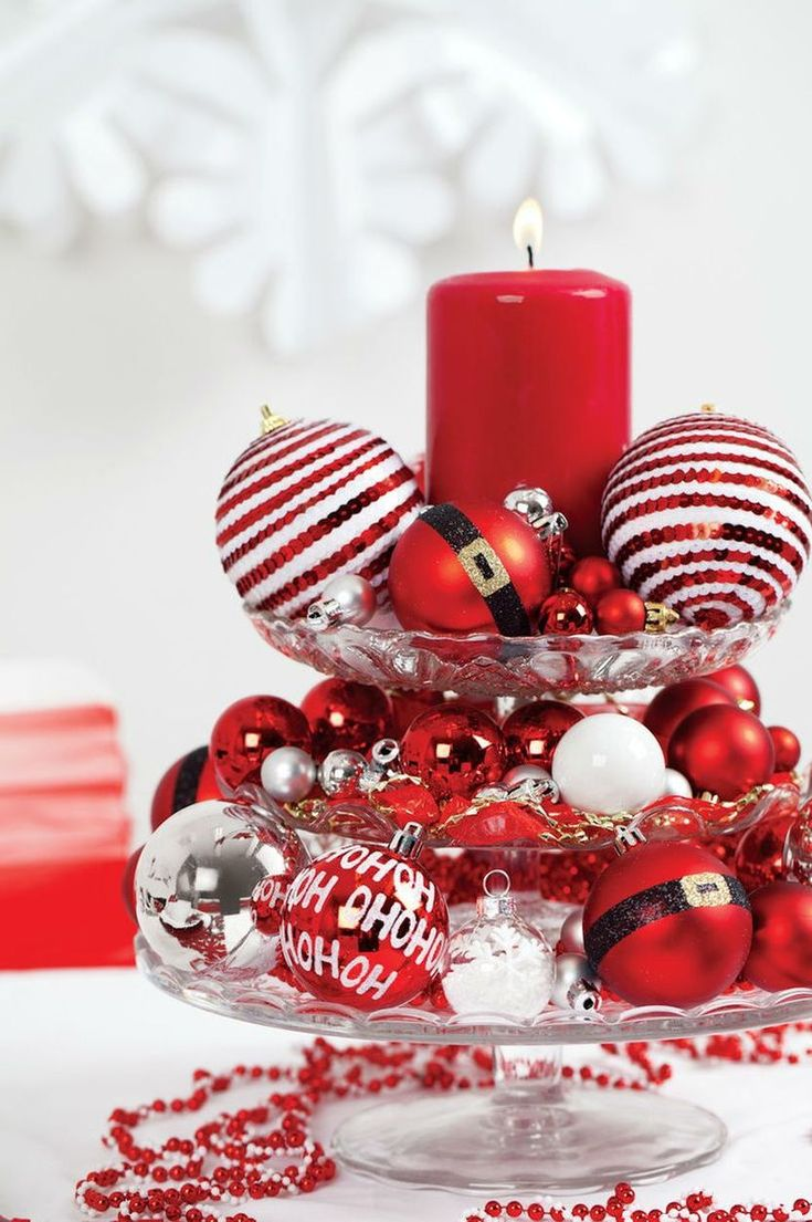 Tisch weihnachtlich dekorieren mit Kugeln