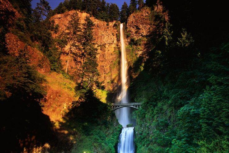 """Cascate Multnomah, Oregon - Usa. Le più alte cascate dell'Oregon si tuffano da un'altezza complessiva di circa 190 metri. Formate da due cascate """"sovrapposte"""", sono anche famose per via del Benson Footbridge, un panoramico percorso pedonale posto all'altezza del salto minore, da cui poter ammirare da vicino i magnifici giochi d'acqua e la potenza maestosa della cascata, in un paesaggio """"fiabesco"""""""