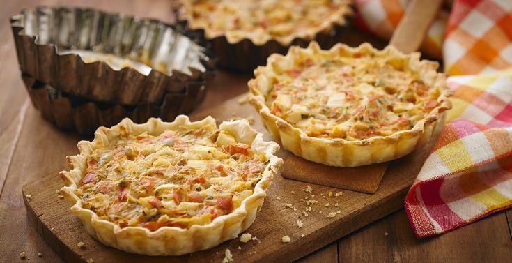 Torta salgada com massa feita com amido de milho MAIZENA® e farinha de trigo e recheio de palmito, tomate, caldo de legumes KNORR e amido de milho MAIZENA®)