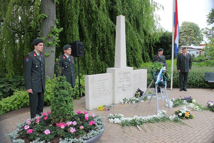 18.30 uur tot 19.00 uur Eerbetoon door het leggen van bloemen op de zeven oorlogsgraven op de algemene begraafplaats van IJsselmuiden. Daarna worden bloemen gelegd op de zeven oorlogsgraven op de algemene begraafplaats van Kampen in IJsselmuiden. Op de weg terug loopt men langs de levenslooptuin...