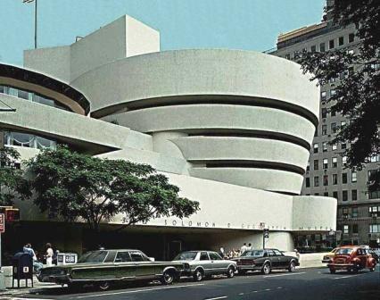 Muzeum Guggenheima w Nowym Jorku to projekt Franka Lloyda Wrighta, który z pewnością tchnął duszę w kubiczne, ostre bryły drapaczy chmur Manhattanu, stając się dziś jedną z najbardziej podziwianych i uznanych przez krytykę budowli świata. Wright w bryle nowojorskiego muzeum, tak jak we wszystkich swoich projektach, czerpał z form obserwowanych w przyrodzie. W przypadku tej budowli za wzór posłużyła spiralna muszla. Więcej na: http://sztuka-architektury.pl/index.php?ID_PAGE=2914