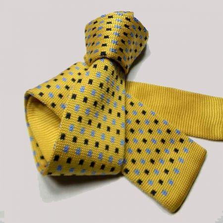 Cravatta gialla in maglia tricot con puntini blu e azzurri