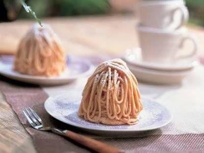 横溝 春雄 さんの「モンブラン」。たっぷりのマロンクリームの中にはホクホクのシロップ煮がまるごと。くり好きにはたまらない秋の定番お菓子です。 NHK「きょうの料理」で放送された料理レシピや献立が満載。