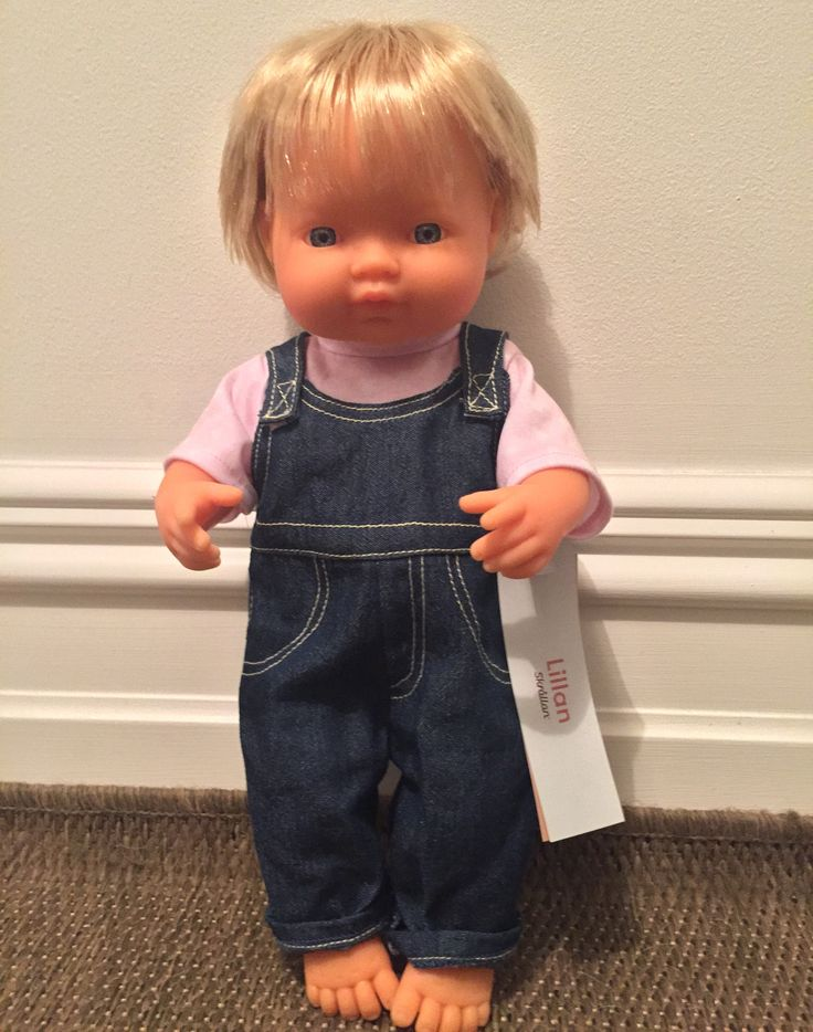 NEW! Any doll would love to have a pair of dungarees with accompanying T-shirt in their doll closet. The soft pants in denim combine beautifully with the pink t-shirt! Made for Skrallan Lilian but suitable for all dolls 36 cm.