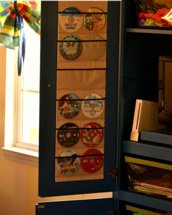 Чтобы детские диски не терялись, сделайте для них простенький органайзер на внутренней части дверцы шкафчика.