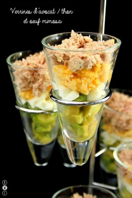Verrines d'avocat / thon et œuf mimosa   De jolies verrines colorées à servir à l'apéro ou en entrée ! Une recette rapide et sans cuisson pouvant être préparée à l'avance, pratique quand l'on a des invités !