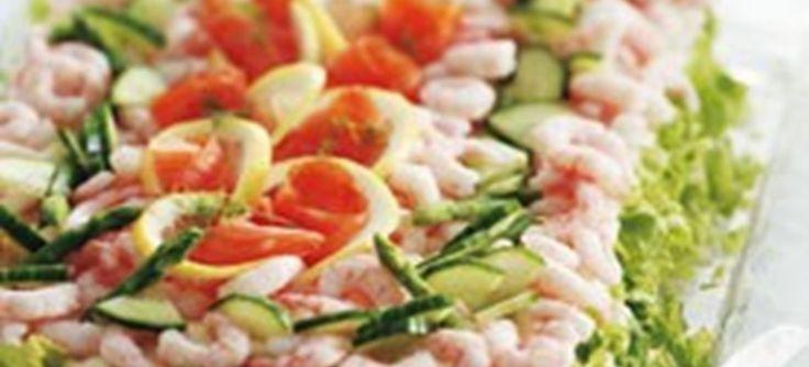Alt godt fra havet er inkludret i denne fiskelagkage. Den er lavet med bl.a. brød, tun, creme fraiche, kaviar, dild, asparges, rejer, laks, agurk, citron.