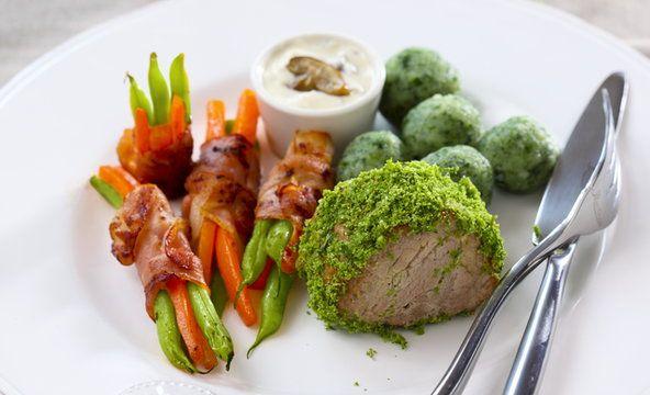 Polędwiczka w kruszonce ziołowej, podana z wiązkami warzyw, kluseczkami szpinakowymi i sosem z aronii