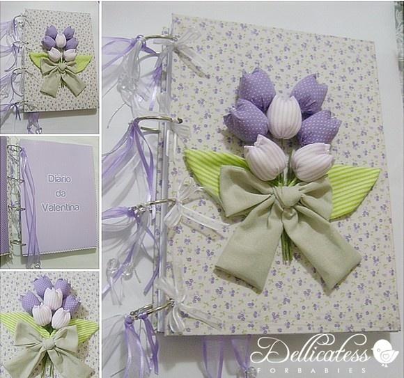 Caderno encapado e com flores de tecido.