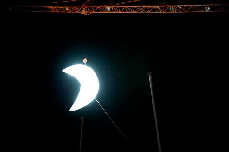 Svizzera, street art romantica: la Luna illumina Losanna