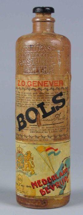 """Jeneverkruik van Bols met speciaal etiket """"Nederland bevrijd, Caracas, 5 mei 1945"""""""