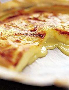 Recette tarte au camembert : Grattez la croûte du camembert. Beurrez et farinez le moule, garnissez-le avec la pâte brisée.Coupez le fromage en petites por...