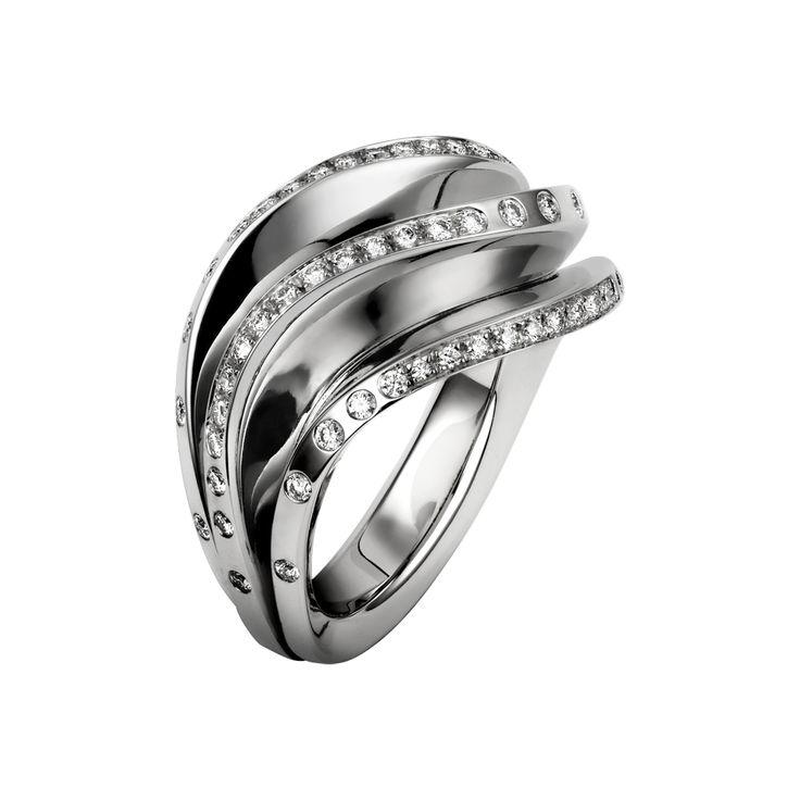 Bague Paris Nouvelle Vague. Bague en or gris 18 carats composée de trois vagues et sertie de diamants taille brillant.