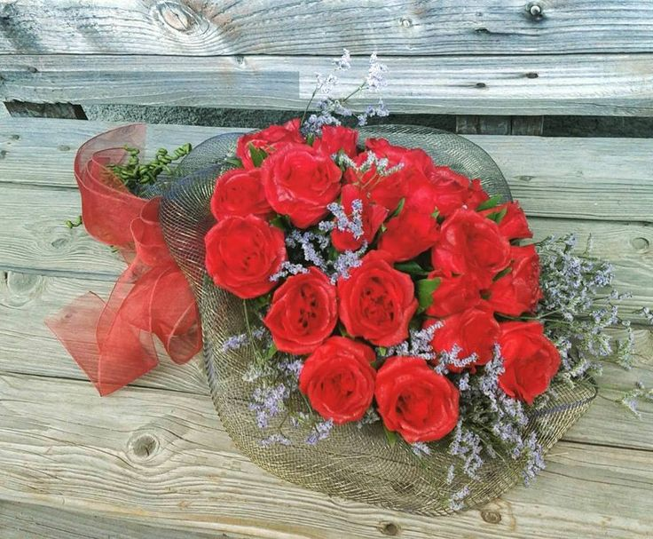 """Bunch of red roses made by the italian artist """"Rosemary Crepe paper flowers"""" - Mazzo di rose rosse realizzate da """"Rosemary Crepe paper flowers"""""""