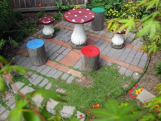 jeux de plein air pour enfants champignons-troncs-arbres-peints