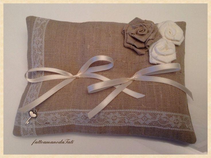 Cuscino per fedi in lino grezzo con rose , by fattoamanodaTati, 26,00 € su misshobby.com