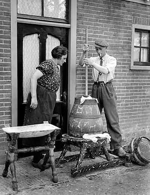 WEST FRIESLAND - Het karnen zoals dat op de meeste boerderijen gebeurde. Om boter te bereiden moet het vet van het vocht worden…