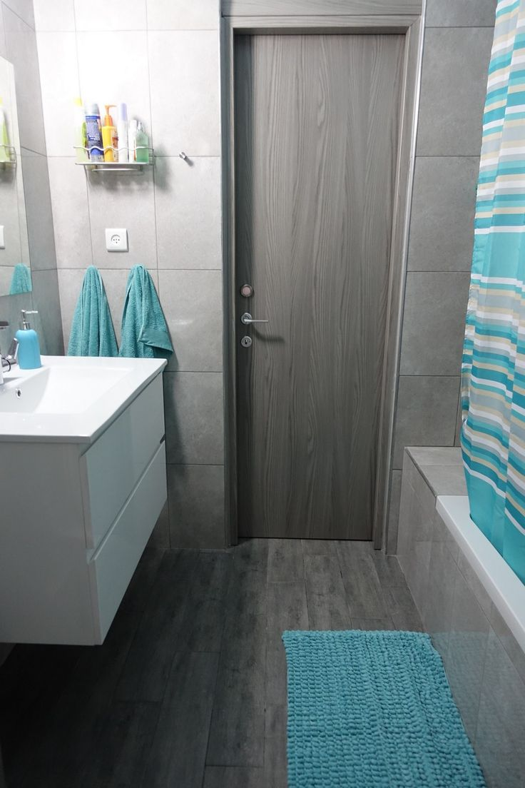 Ванная комната в бирюзовых тонах.  Коврик и занавеска - с Некста.
