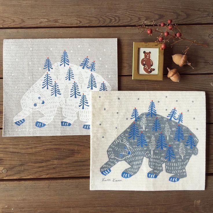 """.  e.スポンジワイプのkata kata、冬限定デザインが届きました。山に降る雪を眺める""""やまぐま""""さん。こちらは切手を貼って投函できる封筒つきです。冬のお便りやクリスマスカードにぴったりです。  .  サイズ:W17×D20×H0.2/12g  原産国:ドイツ  印刷:スウェーデン  デザイン:kata kata  .  #北欧毎日フキン#スポンジワイプ#katakata  #ecomfort#カタカタ"""