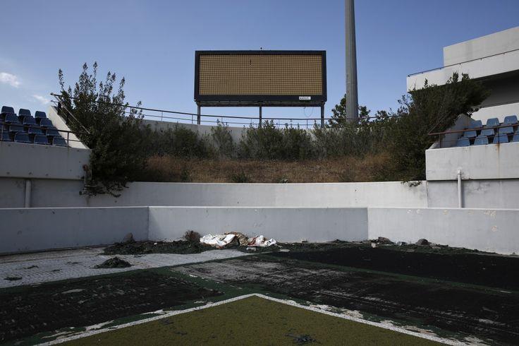 Le stade abandonné du complexe d'Hellenikon, au sud d'Athènes, qui a accueilli la compétition de hockey lors des Jeux olympiques 2004.