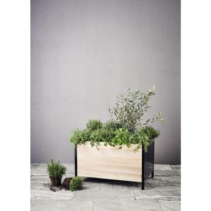 Stilren, stabil odlingslåda för balkong eller terrass av tall och svart metall. Passar för odling av t ex potatis, tomater och grönsaker. Mått: längd 78cm, höjd 48cm, djup 51cm. ...