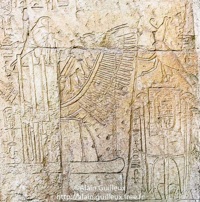 Tombeau de Sheshonq III. Registre inférieur, paroi Est : adoration de la barque de Sokar par le faucon royal debout sur un serekh. Nécropole royale de Tanis. XXIIe dynastie.