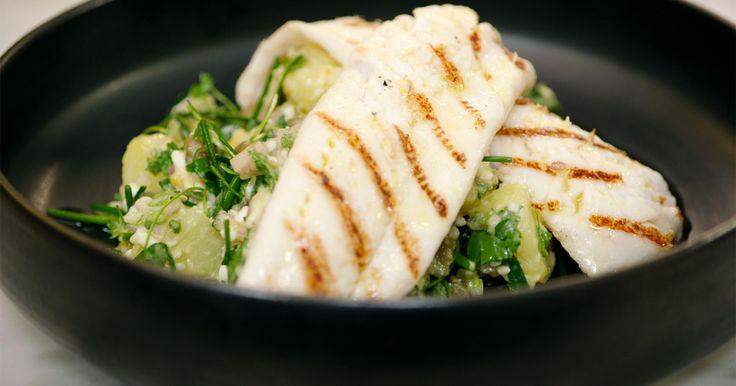 Schartong of tongschar is bekend onder heel wat namen waaronder melktong, steenschol of steenschar. Het is een delicate vis die wordt gevangen in de Noordzee en quasi het hele jaar verkrijgbaar is.In plaats van er tartaarsaus bij te geven, maakt Jeroen een aardappelsalade met alle ingrediënten van tartaar: kappertjes, hardgekookte eieren en veel groene kruiden. In combinatie met de gegrilde vis is het een perfecte lichte lunch of voorgerecht.Extra materiaal:een grillpan