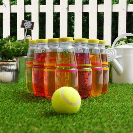Bowlen in de zomer? Jazeker. Met deze eenvoudige instructies en een handvol plastic flessen maak je van jouw tuin een gezellige bowlingbaan voor het hele gezin.