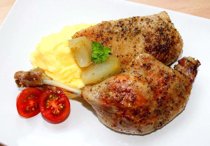 Sült kacsa recept: Amikor évekkel ezelőtt elkezdtem a főzést, tartottam minden olyan hús elkészítésétől, aminél előfordulhat, hogy sütés közben kiszárad. Ilyen volt a kacsa is. Azóta már gyakran készítem el a családnak, mert ezzel a sült kacsa recepttel mindig biztosra mehetek. A hús omlós, puha, szinte olvad a szánkban. Aki eddig tartott a kacsa sütéstől, annak bátran ajánlom ezt a receptet. :)