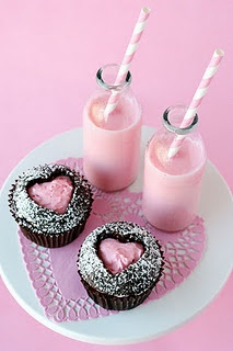 muffin avec coeur central Use a cookie cutter to cut out a heart & fill with frosting. This is such a pretty picture!
