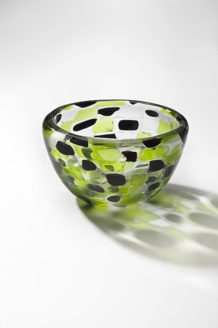 Kaj Franck, Bowl, 1960s. Multi-colored glass pieces. photo: Rauno Träskelin / Designmuseo