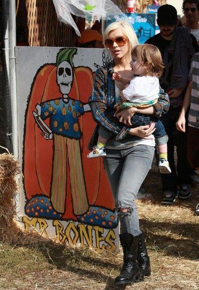 Christina Aguilera Photos - Christina Aguilera and her husband Jordan Bratman take their son Max Bratman to the Mr. Bones Pumpkin Patch to get some pumpkins for Halloween in Beverly Hills. - Christina Aguilera Taking Her Son To The Pumpkin Patch