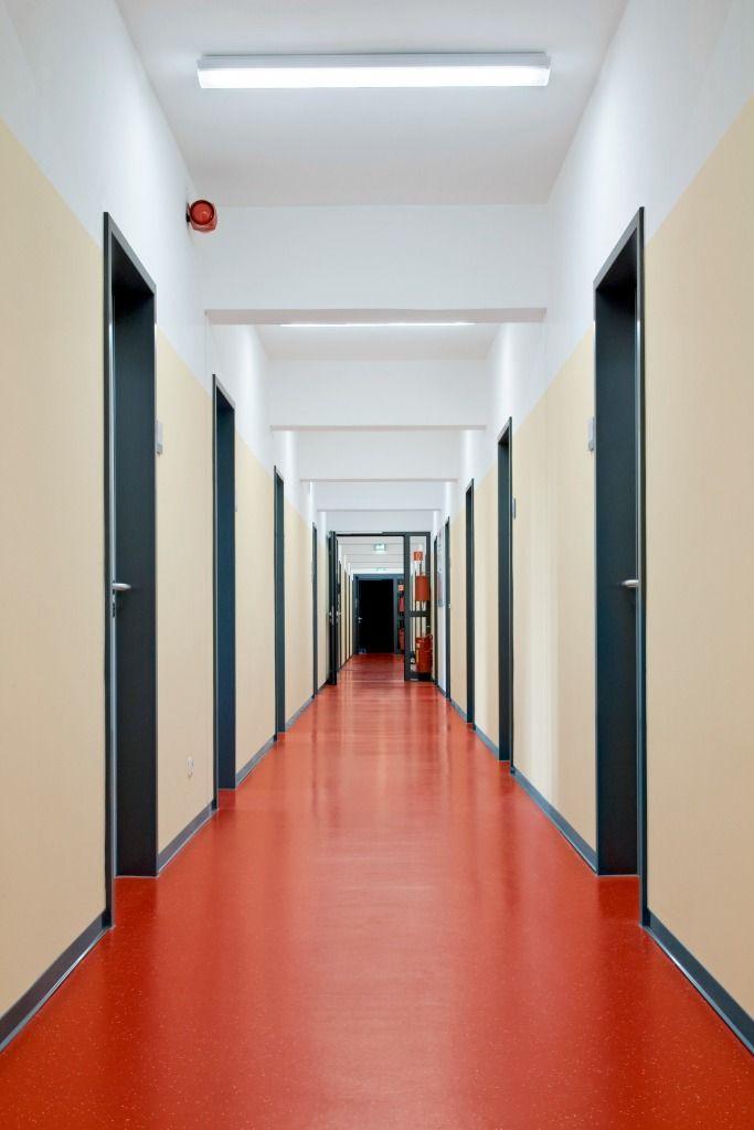 Não somos pisos vinílicos, somos pisos de borracha. Os pisos Nora são 100% de borracha, baseados em qualidade e sustentabilidade com mais de 300 variações de cores e design, totalmente ergonômico, certificação LEED, resistente a manchas, ao grande tráfego comercial e voltado para diversas aplicações. Instalação dos pisos noraplan® signa - environcare no Bundeswehr Neubiberg em Neubieberg   Alemanha.