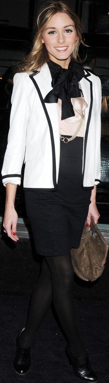 Un po' Chanel con i profili black.Bella giacca..Mancano le perle
